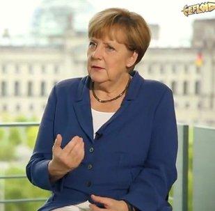 Bloguero LeFloid y canciller de Alemania Angela Merkel