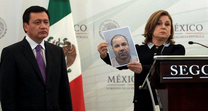 Secretario de Gobernación (Interior) de México Ángel Osorio Chong y Procuradora General de la República Arely Gómez con una foto del Joaquín El Chapo Guzmán
