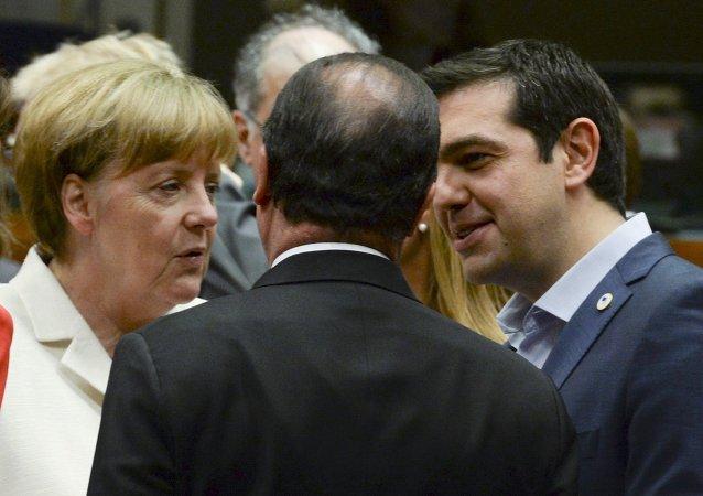 Primer ministro de Grecia, Alexis Tsipras, habla con Ángela Merkel y Francois Hollande