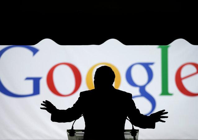 Un silueta de un hombre frente al logo de Google (imagen referencial)