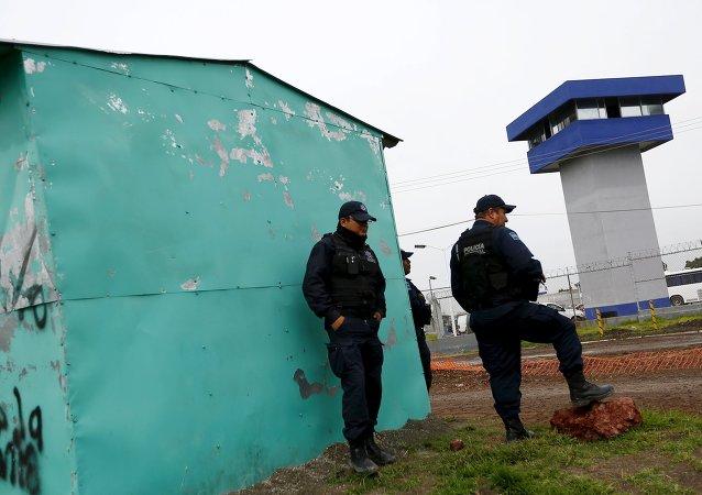 Policías están fuera de la Penitenciaría Federal Altiplano, de  dónde narcotraficante Joaquín El Chapo Guzmán escapó