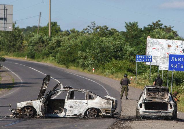 Soldados al lado de coches quemados en Mukacheve, Ucrania