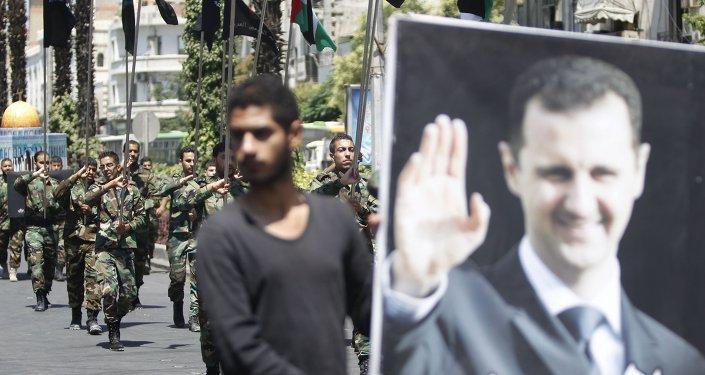 Bandera con el retrato de Bashar Asad, presidente de Siria
