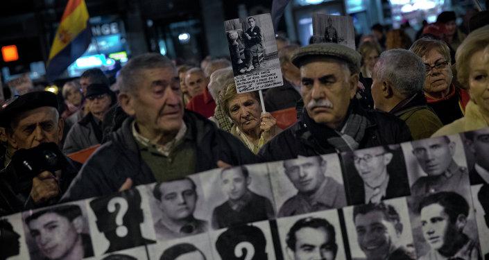 Manifestación en memoria de las víctimas de la Guerra Civil en España (archivo)