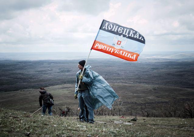 Hombre con la bandera de autoproclamada República Popular de Donetsk