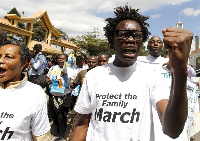 Miembros de una formación antigay de Kenia protestan en Nairobi contra la comunidad LGTB (archivo)