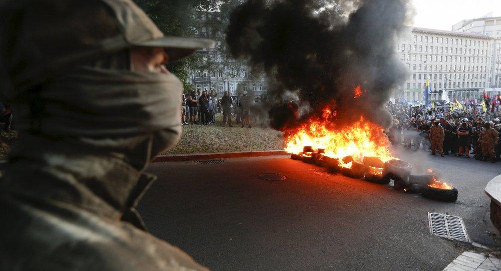 Combatientes de grupo radical Pravy Sektor protestan en Kiev