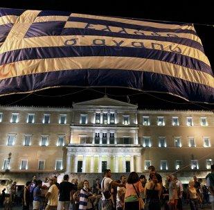 La bandera griega con la frase Te amo, Grecia frente a Parlamento de país