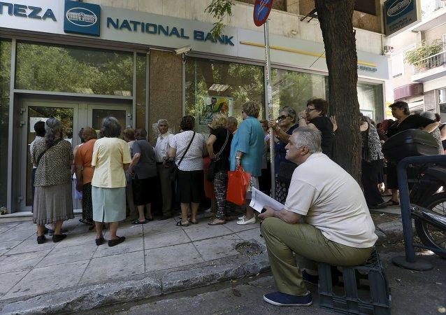 Сola frente a la entrada a sucursal de Banco Nacional en Atenas