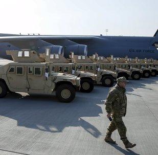 Soldados ucranianos participan en la ceremonia de bienvenida a primer avión con ayuda de EEUU