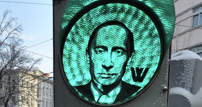 La imagen de Putin en la señal verde de un semáforo en el centro de Moscú
