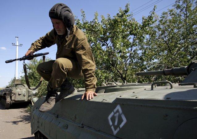 Milicias de Donetsk durante la retirada de armas