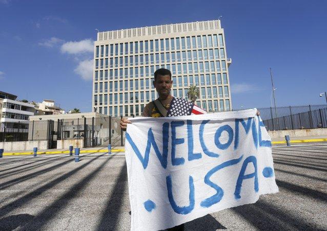 Un hombre con un toldo 'Bienvenido, EEUU' frente a la embajada de EEUU en Cuba