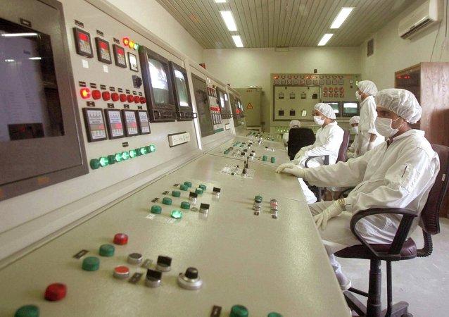 Técnicos en la sala de control de una central nuclear iraní (archivo)