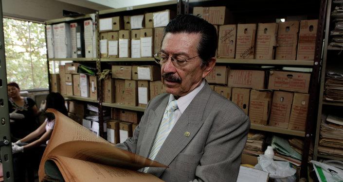Un activista en derechos humanos de Paraguay analiza documentos relacionados con el Plan Cóndor