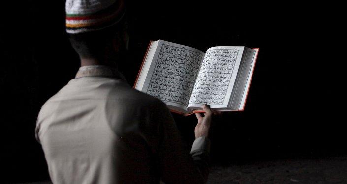 Hombre pakistaní lee el Corán durante la celebración del Ramadán