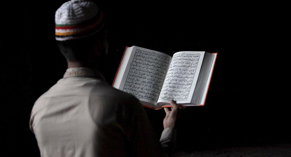 Musulmán leyendo el Corán (imagen referencial)