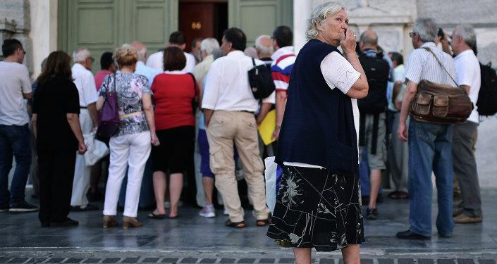 Gente hace cola en el Banco en Atenas