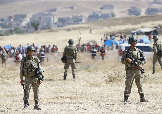Soldados turcos en la frontera turco-siria en Suruc, Turquía, el 26 de junio, 2015