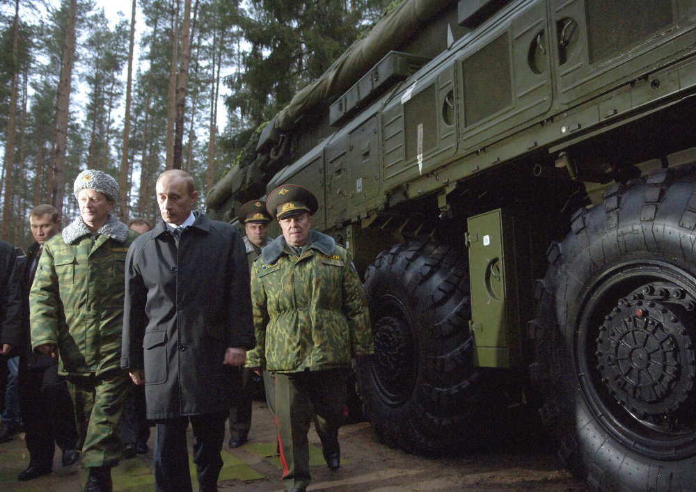 El ministro de Defensa ruso, Serguéi Ivanov; el presidente ruso, Vladímir Putin, y el Comandante de las Fuerzas de Misiles Estratégicos de Rusia, Nikolái Solovtsov (de izquierda a derecha), durante una inspección en una unidad militar dotada de misiles Tópol-M (2006)