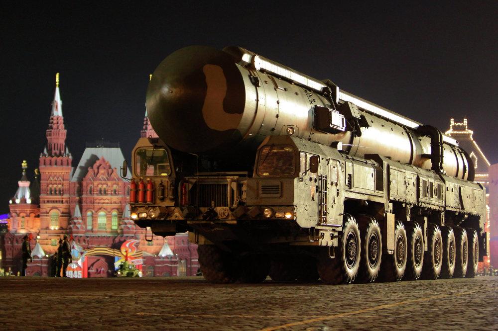 Una lanzadera de misiles Tópol-M durante el ensayo del desfile militar en la Plaza Roja de Moscú