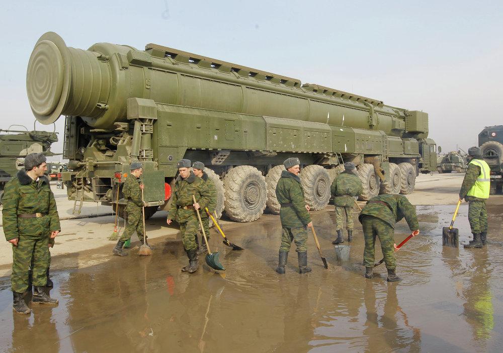 Militares rusos cerca de una lanzadera de misiles Tópol-M en el polígono de Alábino, en las afueras de Moscú