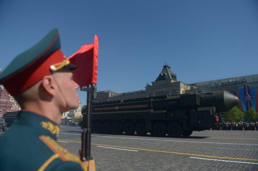 El sistema de misiles balísticos Tópol con base móvil seguirá siendo en los próximos años el orgullo del escudo nuclear del Rusia. En la foto: lanzaderas de misiles Tópol-M en el desfile militar del 9 de mayo de 2015 en la Plaza Roja de Moscú