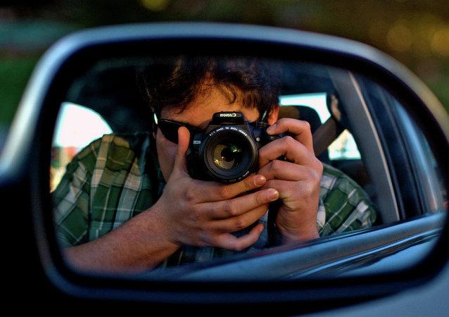 Las mujeres hacen menos selfis al volante que los hombres, revela sondeo