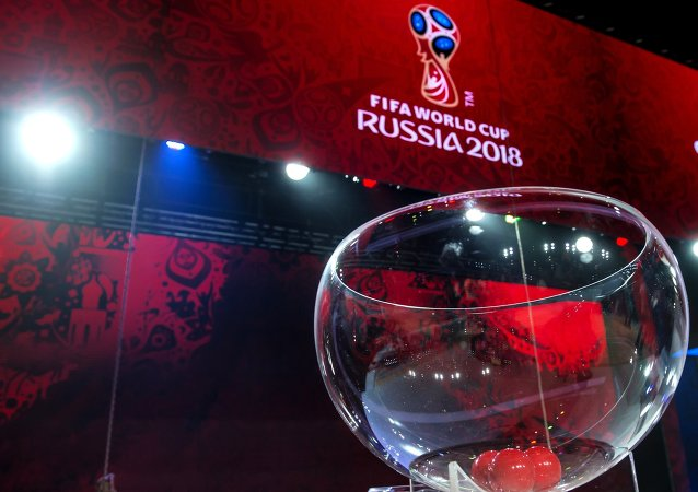 La urna para sorteo de la eliminatoria de la Copa del Mundo 2018