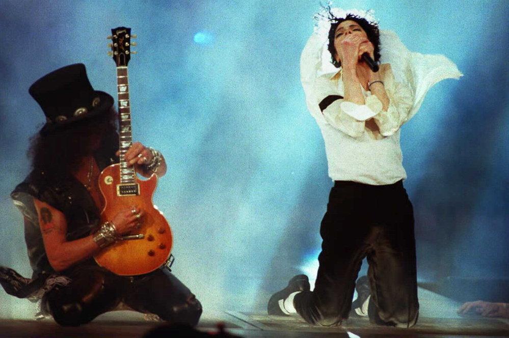 La canción favorita de Michael Jackson es 'Come Together' de The Beetles. De los clásicos, le gustaron especialmente las obras de Debussy, Tchaikovsky y Prokofiev. En la foto: Michael Jackson y el guitarrista Slash del grupo Guns N' Roses en los MTV Video Music Awards 1995.