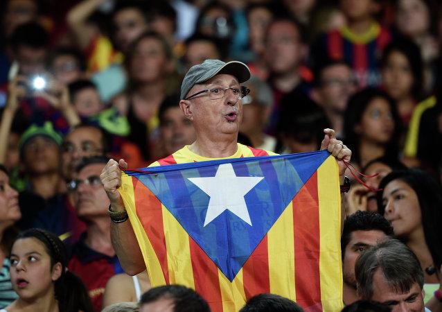 Hincha de Barça con la bandera independista de Cataluña (Archivo)