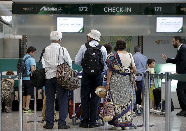 Pasajeros esperan en el aeropuerto internacional de Fiumicino en Italia durante una huelga de los empleados de Alitalia, el 24 de julio, 2015
