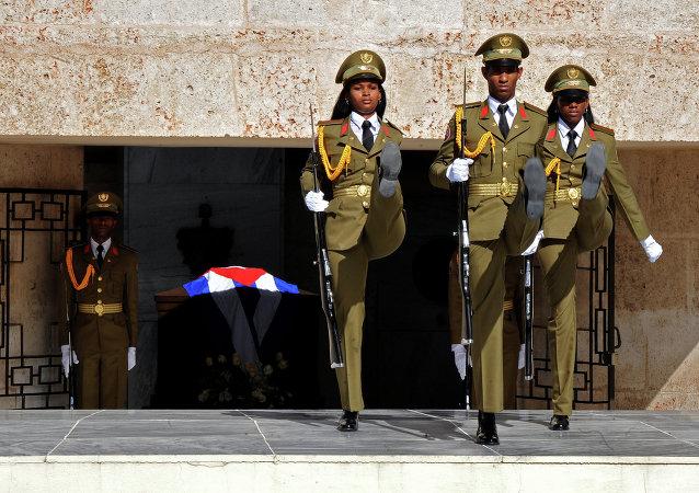 Soldados cubanos durante el desfile en el cementerio en la ciudad Santiago de Cuba, donde comenzó la Revolución Cubana en 1953