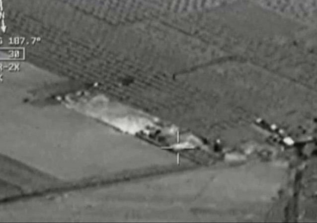 Imagen de vídeo de cabina de avión: aviones de combate turcos atacan Estado Islámico cerca de la frontera con Siria