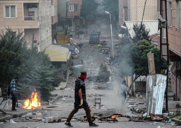Choques entre la policía y la gente que protesta contra operación contra militantes kurdos realizada por el Estado