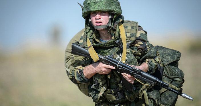Militar ruso durante las maniobras
