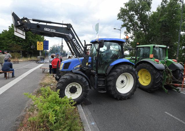 Agricultores franceses bloquean con sus tractores los pasos fronterizos con Alemania y España
