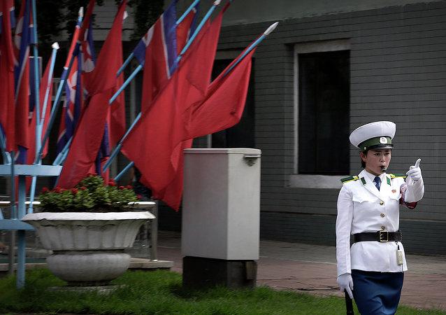 Policía de tráfico en Pyongyang, Corea del Norte, el 27 de julio, 2015