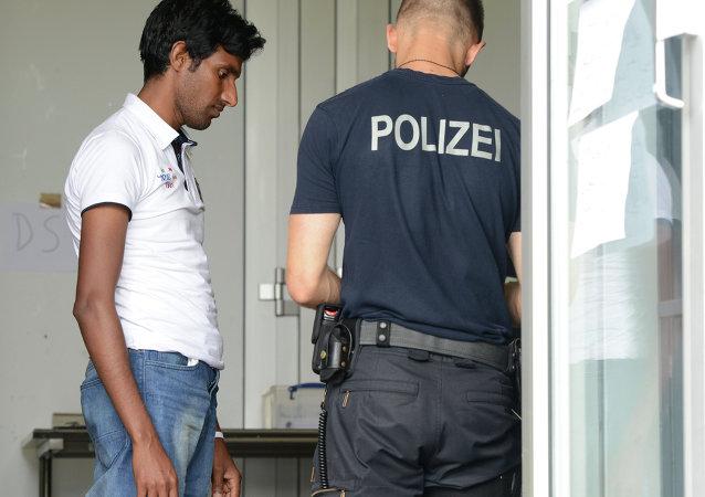 Policía alemán comprueba los documentos de refugiado