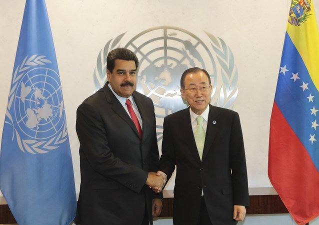 Presidente de Venezuela, Nicolás Maduro, y secretario general de la ONU, Ban Ki-moon, se dan un apretón de manos en la sede de la ONU en Nueva York