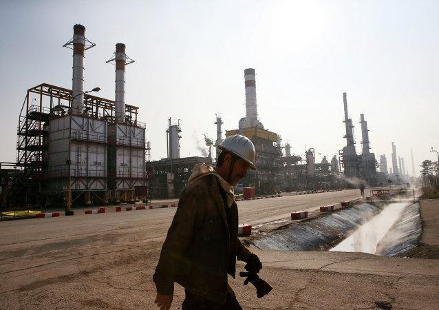 Refinería de petróleo en Teherán, Irán