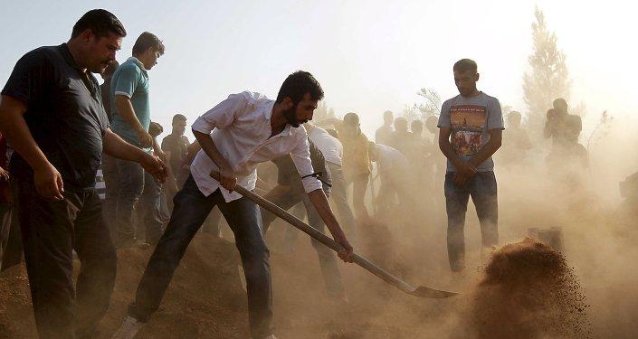 Gente prepara las tumbas para las víctimas del ataque en Suruc
