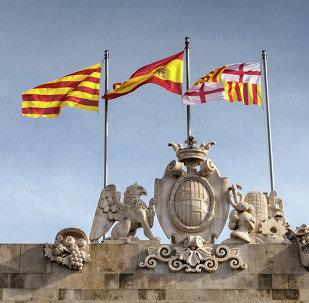 Banderas de España y Cataluña en Barcelona (archivo)