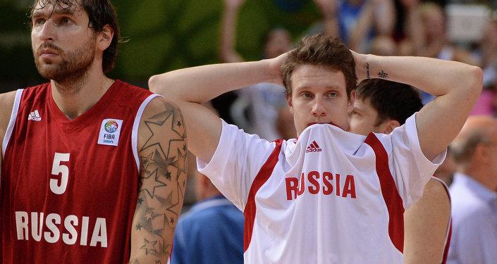 Baloncestistas del equipo nacional de Rusia Dmitry Sokolov y Dmitry Kulagin