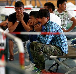 Refugiados esperan una matriculación en un edificio de Policía Federal alemana