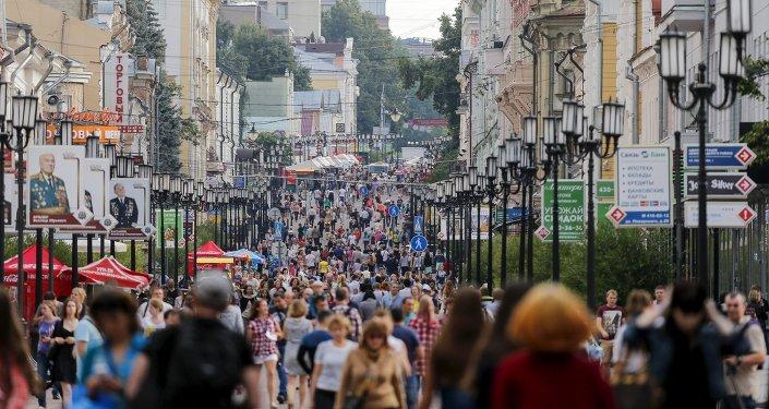 Gente camina en las calles de Nizhni Nóvgorod (archivo)
