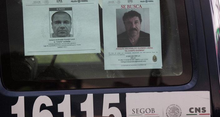 Los coches de la policía mexicana tienen los ordenes de busca del capo narcotraficante prófugo Joaquín El Chapo Guzmán  y el aviso de recompensa por la información sobre el