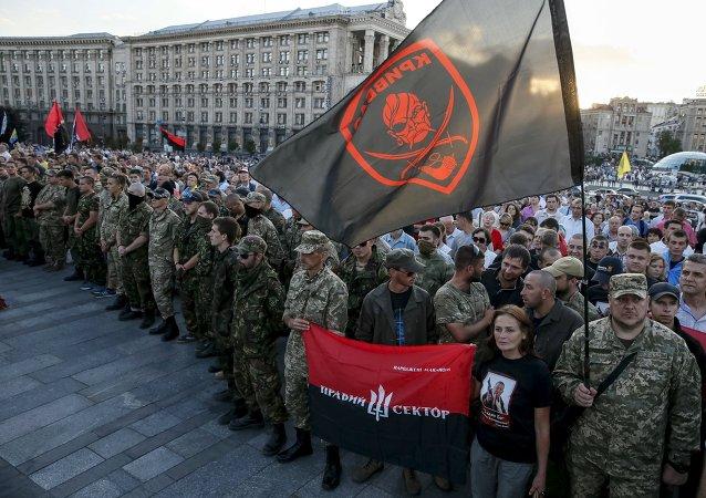 Miembros del movimiento radical Pravy Sektor en el centro de Kiev, Ucrania (archivo)