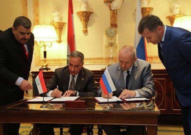 El ministro de Defensa de Irak, Jaled al-Obeidi, y el director del Servicio Federal de Cooperación Técnica Militar de Rusia, Alexandr Fomín