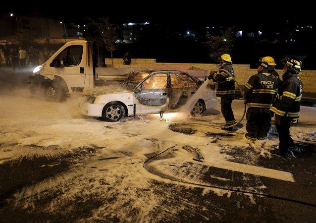 Coche que se incendió del cóctel mólotov en el barrio de Beit Hanina, Jerusalén este, el 3 de agosto, 2015
